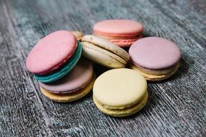 macarons franceses coloridos na mesa de madeira foto