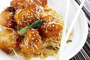 frango asiático com gergelim com macarrão