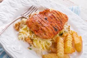 frango grelhado, salada de repolho com nozes e batatas fritas