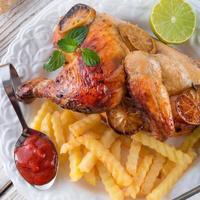 galinhas com batatas fritas foto