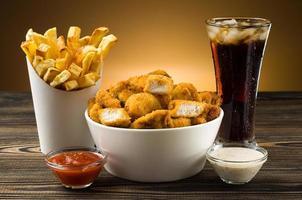 batatas fritas nuggets de frango e cola