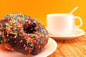 rosquinhas de chocolate e xícara de café foto