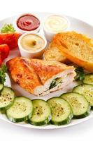 filé de frango recheado e legumes