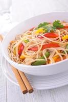 macarrão chinês frito foto