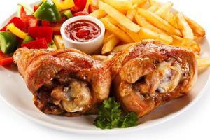 coxa de peru assada, batata frita e legumes