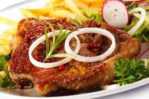 bife grelhado, batata frita e legumes
