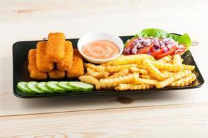 peixe e batatas fritas foto