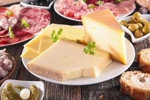 queijo e queijo sortido foto