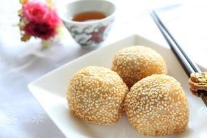 dim sum chinês, bola de gergelim frito foto