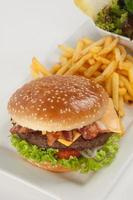 hambúrguer fresco com batata frita e salada foto