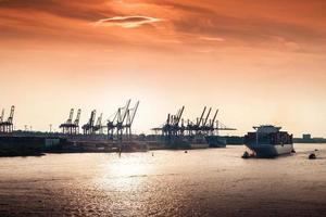 pôr do sol no porto de hamburgo