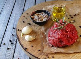 carne moída crua para hambúrgueres cozinhando com especiarias foto