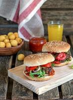 hambúrgueres caseiros com tomate, cebola e picles foto