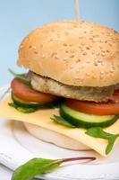 hambúrguer caseiro com costeleta de carne e legumes