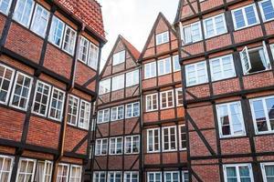 casas vermelhas forradas de tijolos no centro histórico de Hamburgo