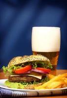 hambúrguer, batatas fritas e cerveja