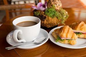 café da manhã - sandwish café e croissant no restaurante foto
