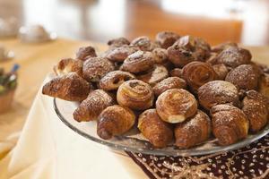 croissants e doces foto