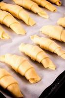 preparação de croissant foto