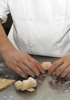 preparando croissants foto