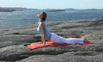jovem mulher exercitando poder yoga foto