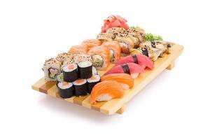 conjunto de sushi em um gete isolado no fundo branco