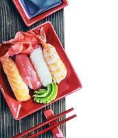 pauzinhos e sushi de frutos do mar