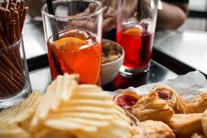 aperitivo no bar foto