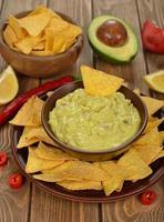 guacamole com nachos de milho foto