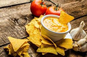 tortilla chips com molho de tomate e queijo e alho foto