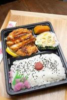 cozinha japonesa tonkatsu bento foto