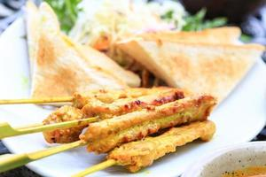 espetadas de frango, a famosa comida do sudeste da Ásia. foto