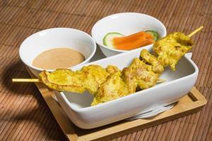 espetos de frango satay tailandês foto