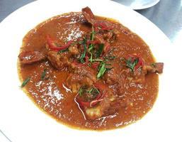 caril vermelho tailandês com camarão foto