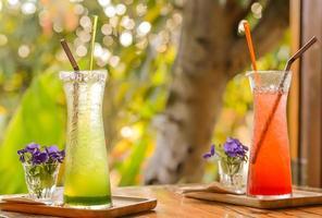 refrigerante de morango, refrigerante de kiwi no chão de madeira. foto