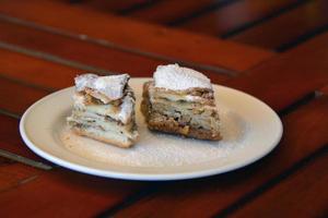 dois pedaços de baklava no prato foto