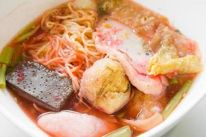 sopa de macarrão com bola de peixe foto