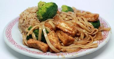 tofu chinês lo mein foto