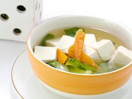 sopa de tofu e vegetais. foto