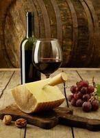 vinho, uvas e queijo cheddar