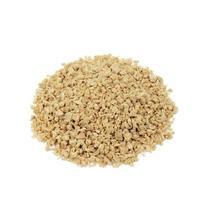 proteína de soja picada no fundo branco foto