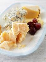 queijos no prato foto