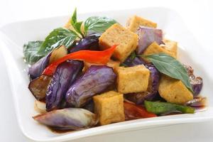 manjericão berinjela com tofu frito foto