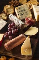carne chique e tábua de queijos com frutas