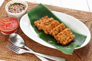 tempe goreng, tempeh frito, comida vegetariana indonésia foto