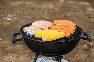 grelha de comida com salsicha e queijo de milho foto