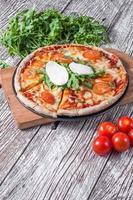 pizza vegetariana com mussarela e rúcula.