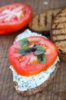 pão com queijo e tomate foto