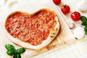 pizza margherita em forma de coração foto