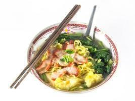 comida chinesa, wonton e macarrão para imagem de bolinho de massa gourmet traditonal foto